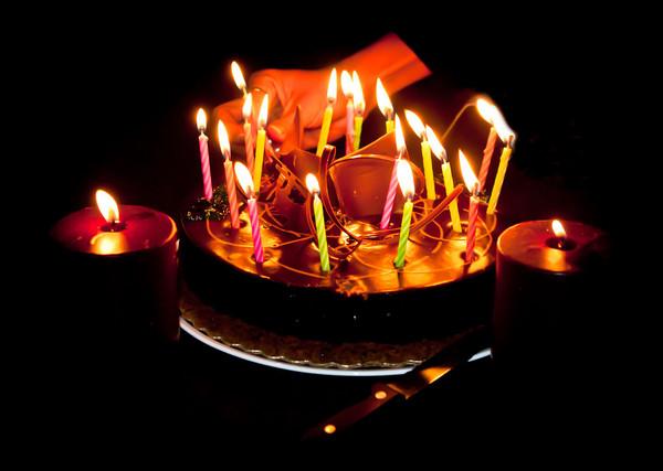 نتیجه تصویری برای کیک تولد در شب با شمع